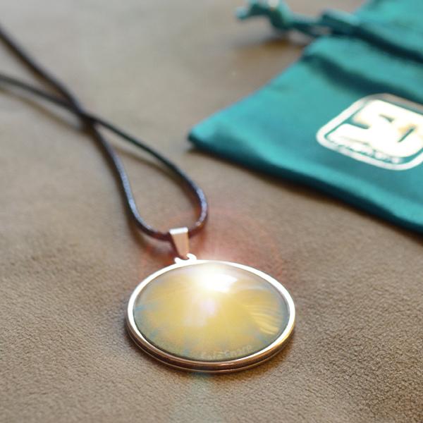 Biophotonen Amulett liegend mit Schutzbeutel